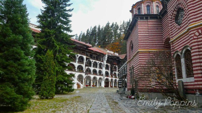 patio-monasterio-rila-bulgaria